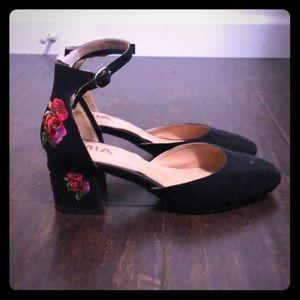 Embroidered black Heels
